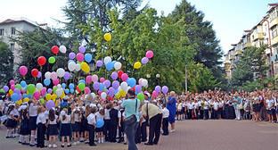 """Первоклассники выпустили из рук в небо воздушные шарики. Фото Светланы Кравченко для """"Кавказского узла"""""""