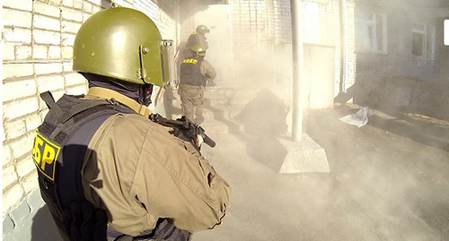 Сотрудник силового ведомства на учениях по пресечению террористического акта. Фото: http://nac.gov.ru/nakmessage/2014/04/18/27-marta-2014-goda-provedeno-uchenie-po-presecheniyu-terroristicheskogo-akta-n.html