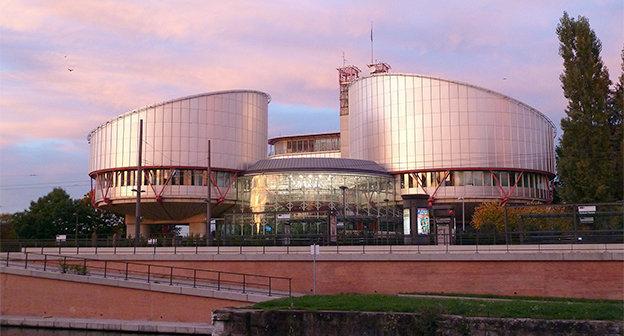 Здание Европейского суда по правам человека. Фото: Fred Schaerli. https://ru.wikipedia.org/wiki/%C5%E2%F0%EE%EF%E5%E9%F1%EA%E8%E9_%F1%F3%E4_%EF%EE_%EF%F0%E0%E2%E0%EC_%F7%E5%EB%EE%E2%E5%EA%E0