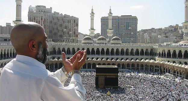 Молящийся у Масджид аль-Харам. Фото Ali Mansuri. https://ru.wikipedia.org/wiki/Хадж#mediaviewer/File:Supplicating_Pilgrim_at_Masjid_Al_Haram._Mecca,_Saudi_Arabia.jpg