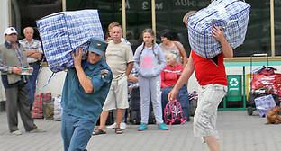 Сотрудники МЧС встречают беженцев с Украины, сентябрь 2015. Фото: http://www.23.mchs.gov.ru/news/detail.php?news=31319&dn=1410724800