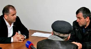 Магомед Магомедов (слева) во время встречи с жителями Хунзахского района Дагестана. Ноябрь 2012 г. Фото http://dagestan.er.ru/