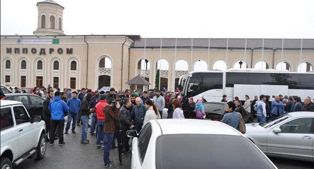 Группа паломников выехала с площади перед Нальчикским ипподромом в аэропорт Минеральных Вод. Сентябрь 2014. Фото: http://www.musulmanekbr.ru/index.php?start=27