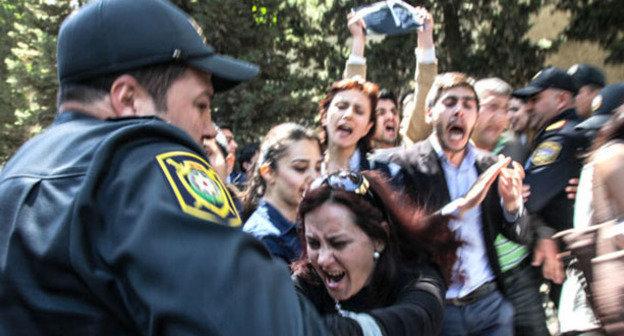 Полиция разгоняет протестующих против вынесения судебного приговора активистам движения Nida. Баку, 6 мая 2014 г.  Фото Азиза Каримова для «Кавказского узла»