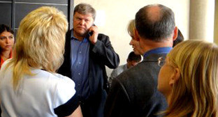 Сергей Митрохин (в центре) перед заседанием суда. Краснодар, 24 сентября 2014 г. Фото http://ewnc.org/node/14974