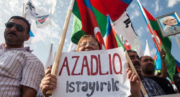 Участница митинга оппозиции держит плакат «Хотим свободы!». Баку, 18 августа 2013 г. Фото Азиза Каримова для «Кавказского узла»