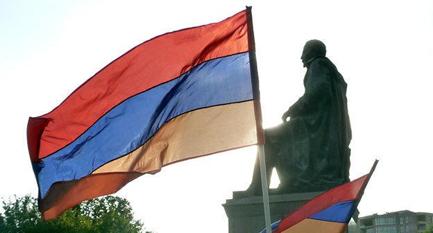 """Флаг Армении на площади Еревана во время протестной акции, сентябрь 2014. Фото Армине Мартиросян для """"Кавказского узла"""""""