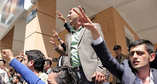 Сторонники Nida после вынесения обвинительного приговора активистам движения. Баку, 6 мая 2014 г. Фото Азиза Каримова для «Кавказского узла»