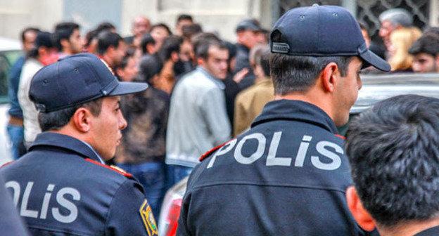 Сотрудники правоохранительных органов возле здания, где проходит заседание суда в отношении активистов «Nidа». Баку, 5 ноября 2013 г. Фото Азиза Каримова для «Кавказского узла»