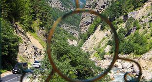 Вид из окна на дорогу. Джейрахский район. Дагестан. Фото: http://www.ingushetia.ru/photo/archives/021176.shtml