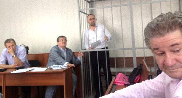 Курман-Али Байчоров (в центре) в зале суда. Фото:  Информационно-аналитический канал ANSAR http://www.ansar.ru/sobcor/2014/08/26/52798
