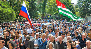 Участники митинга в Сухуме. Весна 2014 г. Фото: Нина Зотина, ЮГА.ру