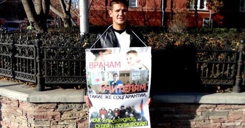 """Активист """"Русские Астрахани"""" в одиночном пикете возле резиденции губернатора. Астрахань, 11 ноября 2014 г. Фото Елены Гребенюк для """"Кавказского узла"""""""