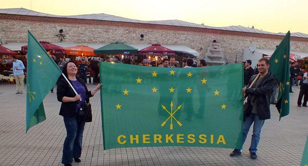 День Черкесского Флага, площадь Таксим, Стамбул. Фото: http://www.cherkessia.net/images/gallery/byrkgn/b21.jpg