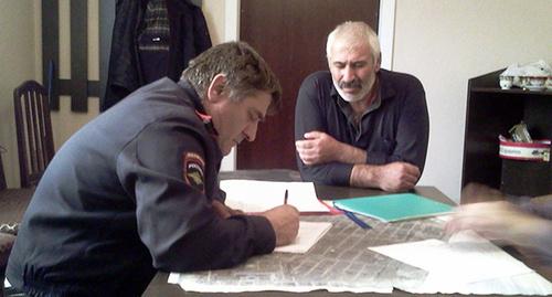 Участковый инспектор берёт объяснения у участника голодовки. Фото Гамзата Хангишиева, https://www.facebook.com/photo.php?fbid=377951469038362&set=gm.1571351936428213&type=1&theater