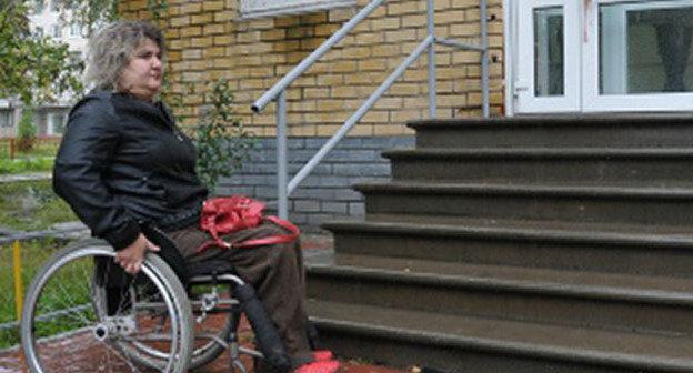 Инвалид-колясочник у недоступной лестницы. Фото Николая Бравилова, http://bezformata.ru/content/Images/000/023/943/image23943730.jpg