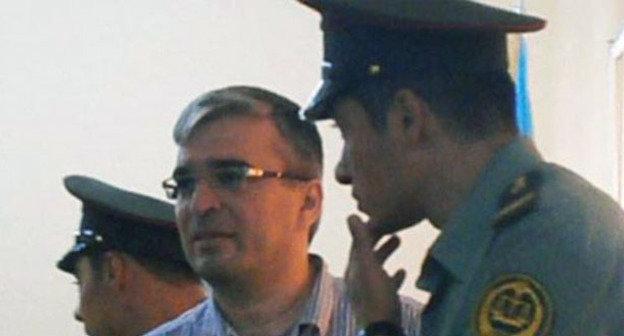 Лидер движения ReAl Ильгар Мамедов с конвойными, 20 сентября 2013 г. Фото http://www.radioazadlyg.org/