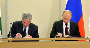 Владимир Путин и Рауль Хаджимба подписали Договор между Российской Федерацией и Республикой Абхазия о союзничестве и стратегическом партнёрстве. Фото: http://news.kremlin.ru/media/events/photos/big/41d51ccf6152e8cdb5ec.jpeg?rand=980598222