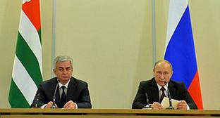 Президенты Абхазии и России делают заявления для прессы по итогам российско-абхазских переговоров. Фото: http://kremlin.ru/news/47057