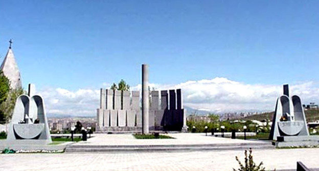 "Мемориальное кладбище ""Ераблур"". Ереван. Фото: Argishti https://ru.wikipedia.org"