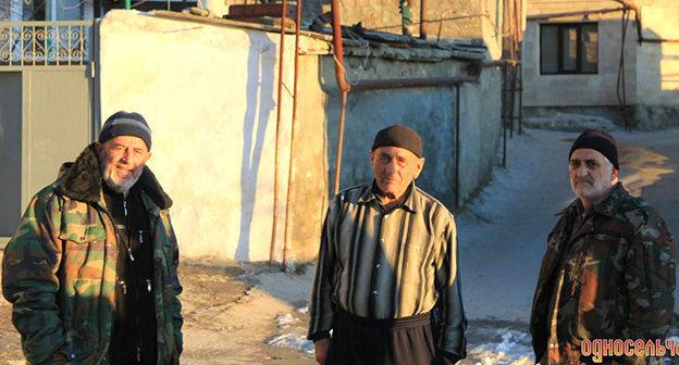 Жители посёлка Тарки. Фото Шамиля Шангереева, http://odnoselchane.ru/images/photogallery/cache/wm_2554_20130529_17.jpg