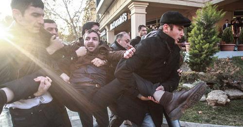 Люди в штатском задерживают активиста, протестующего в связи с гибелью ветерана Карабахской войны Заура Гасанова. Баку, 29 декабря 2013 г. Фото Азиза Каримова для «Кавказского узла»