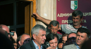 Глава Абхазии Рауль Хаджимба (в центре). Фото: Нина Зотина, ЮГА.ру