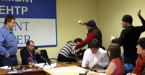 Неизвестные закидали яйцами Игоря Каляпина на пресс-конференции о методах борьбы с подпольем в Чечне. Москва, 11 декабря 2014 г. Кадр из видео пользователя Радио Свобода https://www.youtube.com/watch?v=4S0sQN_vtSw