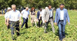 Юнус-Бек Евкуров (справа) в рабочей поездке по Ингушетии во время сбора урожая, сентябрь 2014. Фото: http://www.ingushetia.ru/m-news/archives/g375f_14.shtml