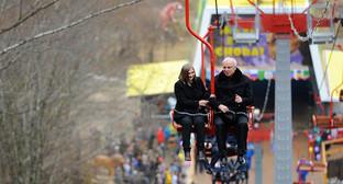 Глава республики Аслан Тхакушинов одним из первых опробовал возможности канатной дороги. Фото: http://www.adygheya.ru/media/GNN5626.jpg