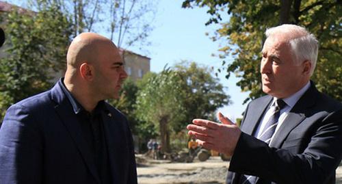 Инспекционная поездка президента Южной Осетии (справа) Леонида Тибилова по восстанавливаемым в Цхинвале объектам. Фото: http://presidentruo.org/?cat=10&paged=3