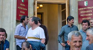 Участники митинга оппозиции возле администрации президента республики Абхазии. Фото: Нина Зотина и Наталья Евсикова http://www.yuga.ru/