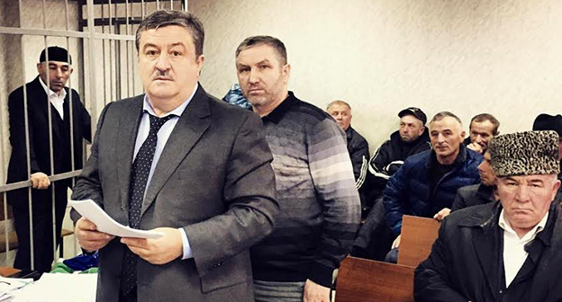 На процессе по делу Курман-Али Байчорова: адвокат Алауди Мусаев (слева), председатель КЦМСК Исмаил Бердиев (справа). Фото Султан Тогонидзе
