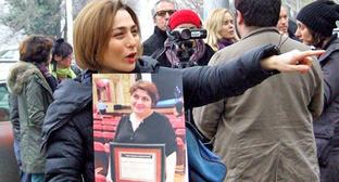 """Участница акции Нино Данелия держит плакат с фото журналистки Хадиджи Исмаиловой. Тбилиси, 10 декабря 2014 г. Фото Эдиты Бадасян для """"Кавказского узла"""""""