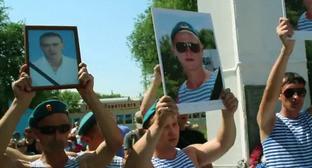 Жители города Пугачева во время акции протеста. Саратовская область, 8 июля 2013г. Фото: кадр из видеоролика, опубликованного на YouTube пользователем FreeNews Volga