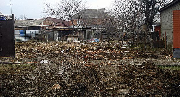 На месте одного из снесённых домов, принадлежащего семье боевика. http://www.memo.ru/uploads/files/1579.jpg