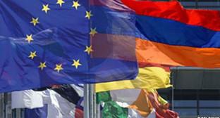 Флаги ЕС, Армении и других стран. Фото: http://gdb.rferl.org/DDDEF4EF-E4E4-46F0-969B-8402D18F4986_w640_r1_cx8_cy0_cw86_s.jpg