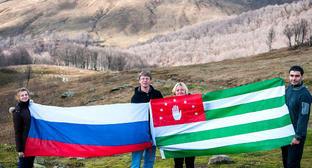 Российский и Абхазский флаги. Фото: Елена Синеок, ЮГА.ру
