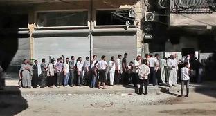 Жители Алеппо в очереди за хлебом. Сирия. Фото: Voice of America News https://ru.wikipedia.org