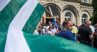 Митинг оппозиции в Сухуме. Май 2014 г. Фото: Нина Зотина и Наталья Евсикова http://www.yuga.ru/