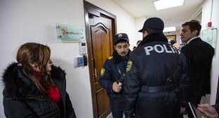"""Cотрудники полиции в Бакинском офисе «Радио Азадлыг. Баку, 26 декабря 2014 г. Фото корреспондента """"Кавказского узла"""""""
