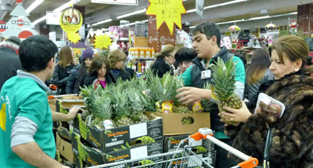 "В одном из супермаркетов Еревана в канун Нового года. 30 декабря 2014 г. Фото Тиграна Петросяна для ""Кавказского узла"""