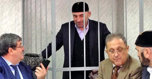 Курман-али Байчоров зале суда, слева адвокат – Алауди Мусаев. Фото Магомеда Магомедова для «Кавказского узла»
