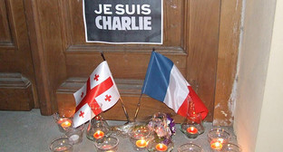 """Флаги Грузии и Франции, свечи - в память о жертвах теракта. Фото Эдиты Бадасян для """"Кавказского узла"""""""