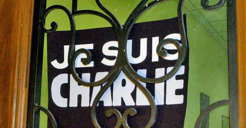 "Табличка ""Я - Шарли"". Фото Беслана Кмузова для ""Кавказского узла"""