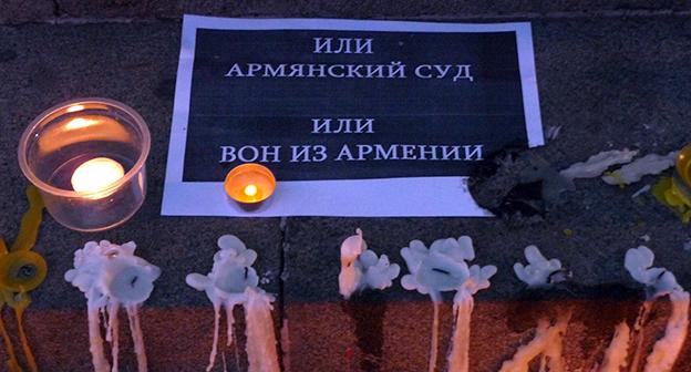 """Люди зажигали свечи в память жертв солдата-убийцы. Фото Армине Мартиросян для """"Кавказского узла"""""""