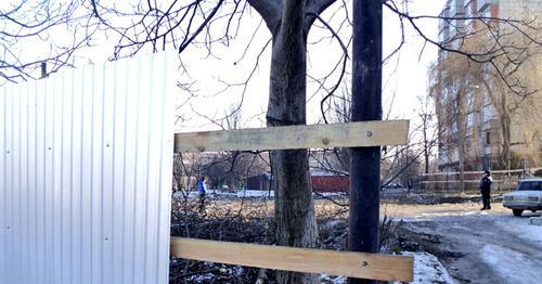 """За железным забором находится площадка под строительство многоэтажного дома. Нальчик, 15 января 2015 г. Фото Людмилы Маратовой для """"Кавказского узла"""""""