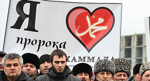 "Плакаты на митинге ""Ислам против терроризма и экстремизма"" в Ингушетии. Фото: http://www.ingushetia.ru/photo/archives/022003.shtml"
