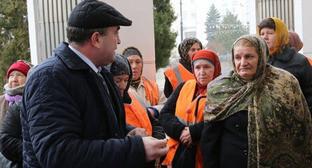 Участники пикета общаются с заместителем главы администрации Махачкалы Камилем Изиевым. Махачкала, 27 января 2015 г. Фото http://www.riadagestan.ru/