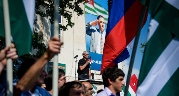 Участники митинга в поддержку президента Абхазии держат флаги России и Абхазии. Сухум, 29 мая 2014 г. Фото: Нина Зотина и Наталья Евсикова http://www.yuga.ru/